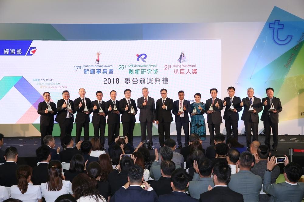 台湾の現地法人SHI-HO社が「小巨人奨」を受賞しました。